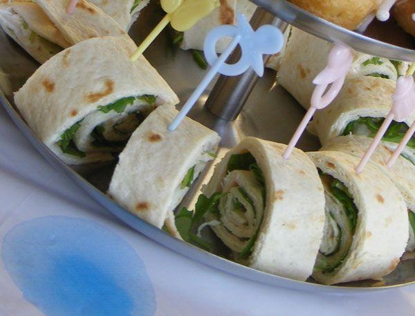 Wraps met kipfilet, roomkaas, pesto en komkommer