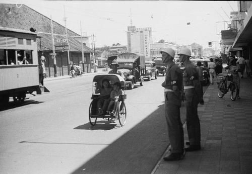 Militaire politie in de straat Toendjoengan bij Toko Kwang, Soerabaja1948 mei. Bootreis Batavia Makassar. Soerabaja -   Colonial