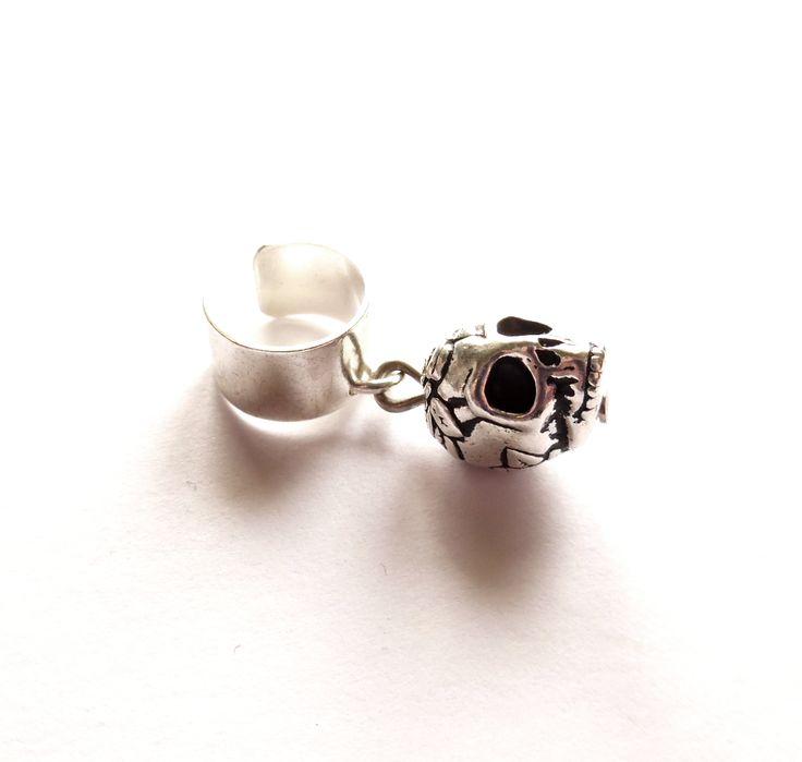 Ear cuff i silverplätering med en dödskalle.