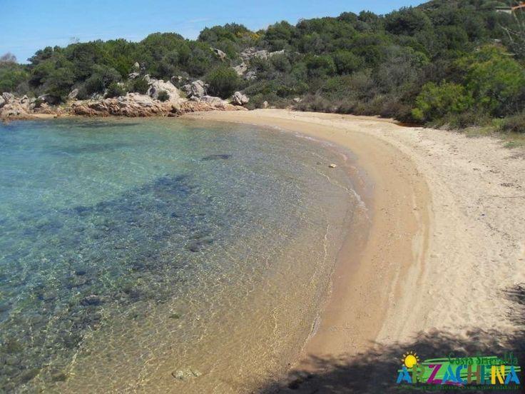 La spiaggia di Li Capanni, è una tra le più piccole spiagge che si affacciano sulla costa del Golfo di Arzachena. Si caratterizza per la forte presenza di scogli che le fanno da cornice naturale. Il fondale principalmente composto da rocce e sassi, con una piccola porzione di fondale sabbioso, adatto agli amanti dei fondali cristallini e rocciosi.Circondata dalla vegetazione tipica della Sardegna, come la macchia mediterranea, è sicuramente adatta per chi vuole arrivare in spiaggia…