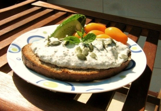 Tökmagkrém light   2.5 ek tökmag 5 ek kefir (joghurt) 1 csipet só 1 teáskanál menta (apróra vágott mentalevél)