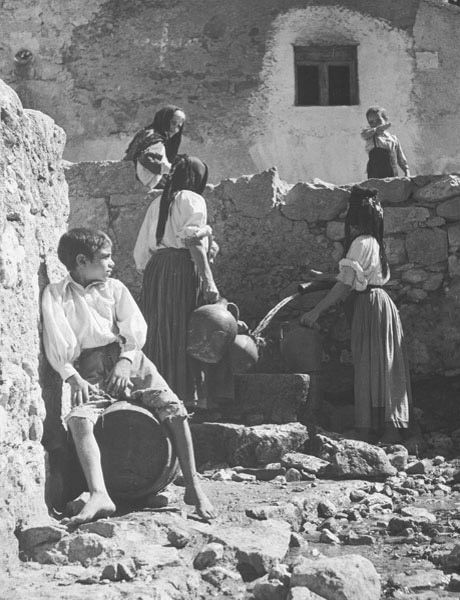 Wolf Suschitzky Photos: Oliena, Sardinia, Italy, 1948 This scene is exactly as I found it. Going about their daily tasks, the people had arranged themselves around the village pump without any help from me.To me all this looks so peaceful.
