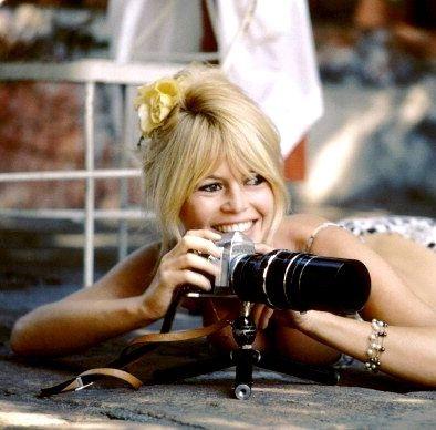 Brigitte derrière la caméra ou appareil photo