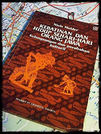 Kebatinan dan Hidup Sehari-hari Orang Jawa 'kelangsungan dan perubahan kulturil' by Niels Mulder. Paperback: 159 pages. Publisher: PT Gramedia, 1983.