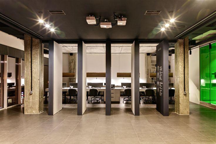 Подвижные блоки с одной стороны выступают в качестве презентационных стендов, с другой — служат в качестве экрана для проекций. Инновационная разработка — гордость дизайн-студии Zooi.