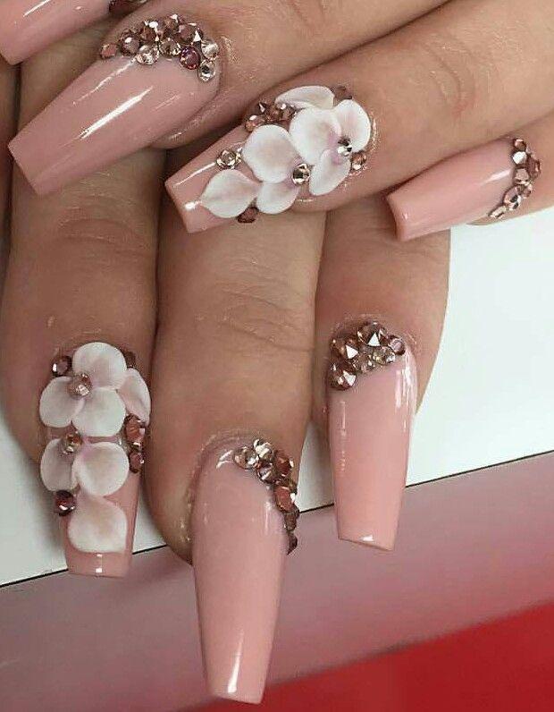 Uńas palo de rosa con flores y piedreria..$230