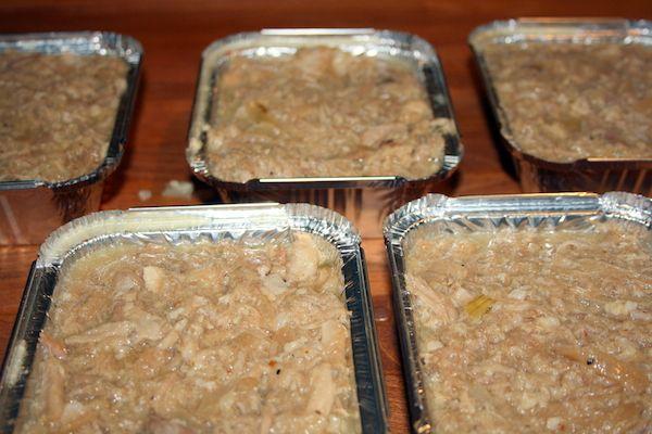 Den her sylte er lavet på ribbenstege, så den er meget let at lave og smager skønt Ingredienser: 2 kg. ribbensteg 10 laurbær blade 4 løg en god salt og peber - jeg brugte 2 tsk. Læsøsalt og 2 små…