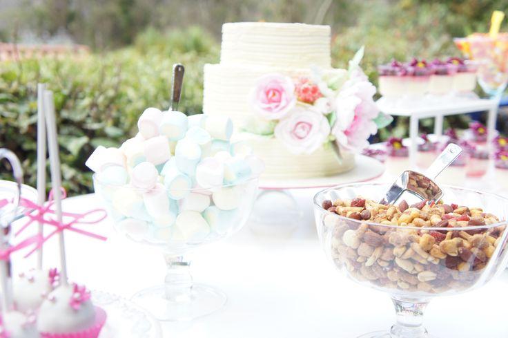 Las tortas de matrimonio no siempre van solas  mesas de dulces las acompañan perfectamente. - Wedding cakes go wonderful with candys and desserts, give a special touch to the cake's table
