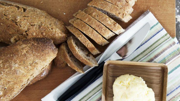 Surdeigsbrød med kjernet smør