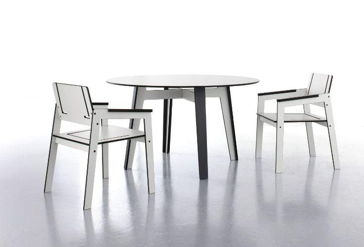 Meble ogrodowe z materiału HPL. Stół oraz krzesła z kolekcji Jig, świetnie będą się prezentowały w każdym ogrodzie. Materiał HPL, z którego są wykonane meble ogrodowe jest odporny na zmiany warunków atmosferycznych.