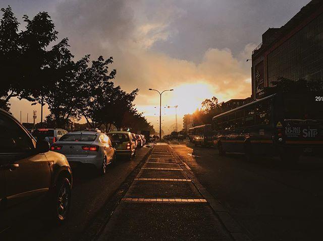 Amanecer  en Bogotá. Día de rutina nuevos colores. #lifeinsepia #love #day #sun #sunrise #sky #light #street #urban #cars #VSCO #VSCOcam #shotiniphone #botd #bestoftheday
