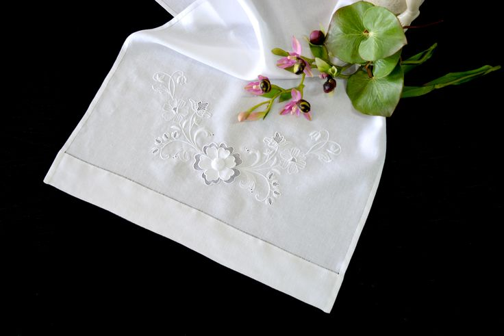 Toalha de Mãos bordada a ponto cheio. Destacam-se as flores em crivo e pontos de fundo. Flor central aplicada com ponto de veludo. Remate em bainha aberta.  Embroidered hand towel (ponto cheio e remate com bainha aberta). Special stand out for the flowers ( crivo e pontos de fundo); the central flower is applied by hand (ponto de veludo). #home #Textiles #housing #towel #handtowels #embroidery #embroideries #handembroidery #flowers #flower #Centralflower