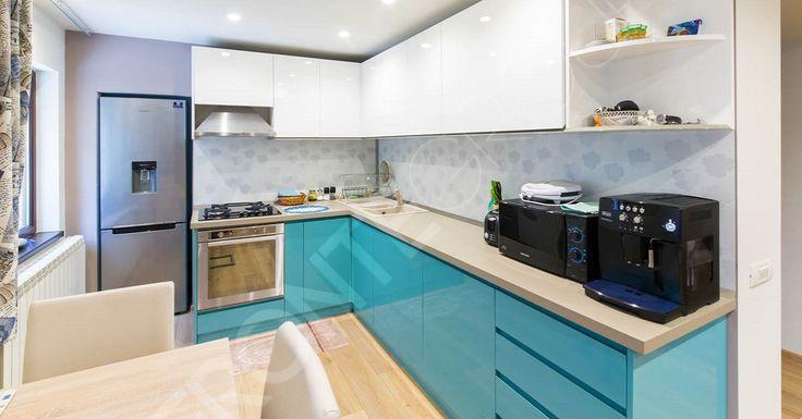 Simplă și foarte cochetă, această bucătarie este combinația perfectă între estetic și utilitate. Compartimentarea spațiului a fost gândită astfel încât în zona de gătit să poți avea acces deplin la orice sertar sau zonă de depozitare. Echilibrul acestei bucătării constă…