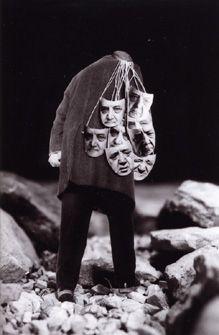 """Gilbert GARCIN,  """"Vivre masqué"""", 1999 - Tirage argentique noir et blanc, 40 x 30 cm, Collection de l'artiste, Marseille"""