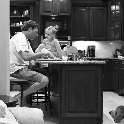 Όταν ο μπαμπάς δουλεύει πολύ και η μαμά επωμίζεται όλα τα βάρη του σπιτιού, τελικά ποιος είναι αυτός που θυσιάζεται;