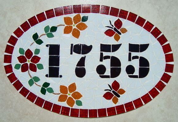 Numero residencial em mosaico, tamanho oval médio (38x25). Cliente pode escolher cor da borda e do número. O mosaico é realizado em cima de um piso e deverá ser fixado na parede com argamassa. R$ 120,00