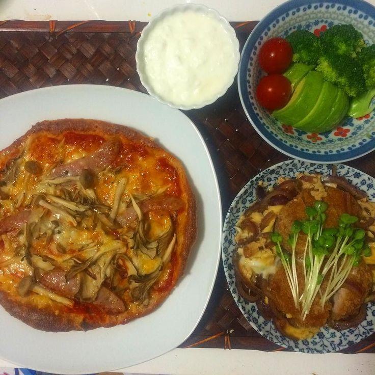 晩御飯は.. . . キノコとソーセージのふすまパンピザ ヒレカツの卵とじ ブロコリーとアボカドのサラダ 豆乳ヨーグルト . . #food #foodie #foodpics #eating #homecooking #foodiet #lowcarb #cooking #japanesefood #pizza #japanese #foodiet #foodpic #料理 #ピザ #instafood #おうちごはん #homemade #japanese #dinner #うちごはん #ローカーボ #ダイエット #糖質セイゲニスト #糖質オフ #糖質制限 by ruka_bintang