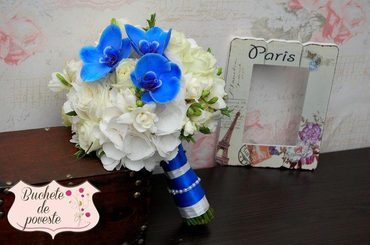 Buchet realizat din hortensie, frezii, trandafiri si orhidee phalaenopsis albastra.