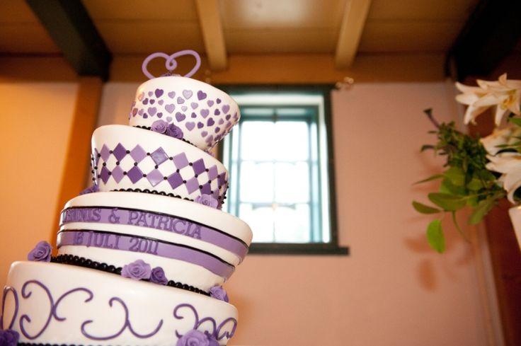 Grappige bruidstaart met paarse tinten