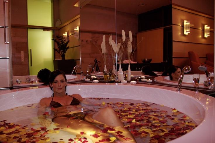 Ein Bad mit einem Farbenmeer aus frischen Rosenblüten sowie betörenden Düften und pflegendem RosenTraum-Öl kan mann im Wellness-Zentrum der Therme Bad Steben genießen. In entspannter Atmosphäre trinkt man einen Glas Sekt zum Bad.