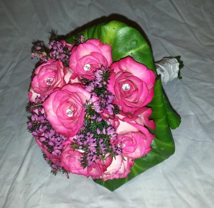 Rond boeket met rozen en heide