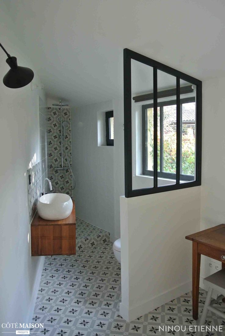 une petite salle de bains alambiqu e avec carreaux de ciment et verri re d 39 int rieur sublime. Black Bedroom Furniture Sets. Home Design Ideas