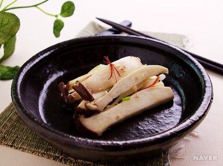 육질이 고기 부럽지 않는 식감을 지닌 새송이버섯과 각종 야채를 넣어 가볍게 볶아 보세요. 버섯의 향과 함께 부담 없이 즐길 수 있는 밥 반찬이랍니다. [1. 요리법][1)...