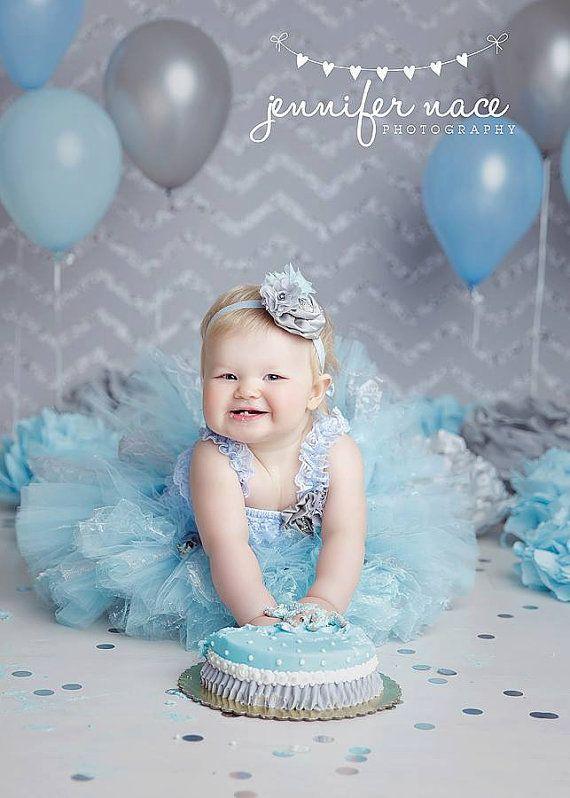 Vinatge Cenicienta vestida en encaje, tutu camisa , diadema azul, una flor y por supuesto su Cake Smash!!!