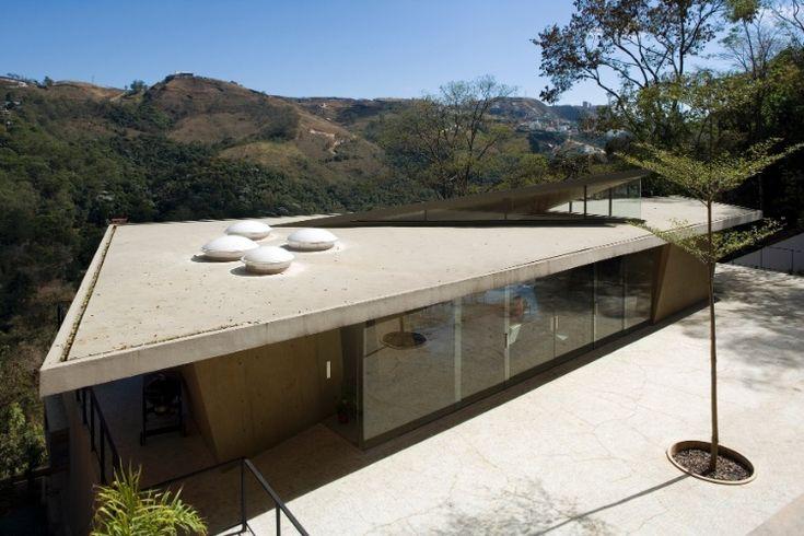 Em região montanhosa, casa tem laje flutuante sobre bloco de vidro e concreto - BOL Fotos