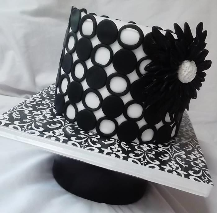 Simple black and white Make It Madness http://cakedecorating.myfavoritecraft.org/category/beautiful-cake-images/black-and-white-cakes/