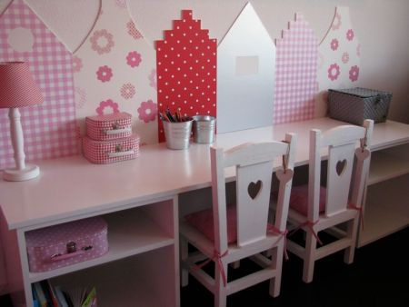 Kamer met Hollandse huisjes 6. Mini desk with chairs and storage for a little girl's bedroom or playroom