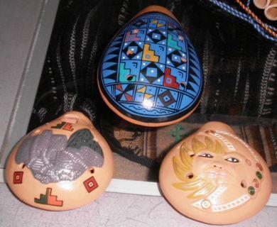 "Set mit 3 #Okarinas, handbemalt aus #Peru  wunderschönes Set aus 3 handbemalten Okarinas aus Peru zu einem tollen Sparpreis für Sammler  Themen:  1. Okarina "" pueblo"" 2. Okarina "" sun and moon"" 3. Okarina "" Machupichu"""