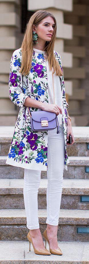 Un look de total elegancia. Un oitfit simple da un giro hacia lo elegante con una chaqueta floral.