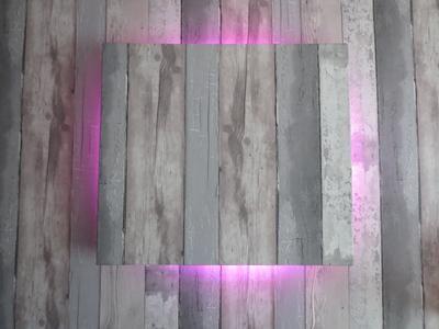 Bekijk de foto van abilars1 met als titel zelfgemaakte lamp. plank zelfde behang geven, balkjes erachter en led verlichting erop vastmaken die afwisseld van kleur. hangt in mijn zoontjes kamer. en andere inspirerende plaatjes op Welke.nl.