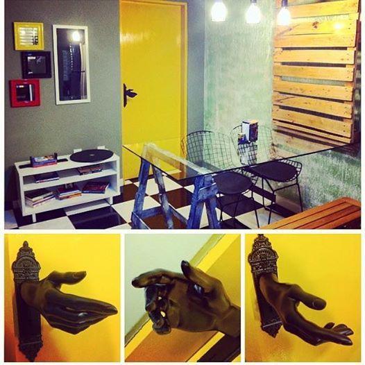 Design de Interiores - Projeto de reforma de sala de jantar. Pallets para complementar a mesa com tampão de vidro e cavalete. Iluminação diferenciada. Maçaneta criativa.