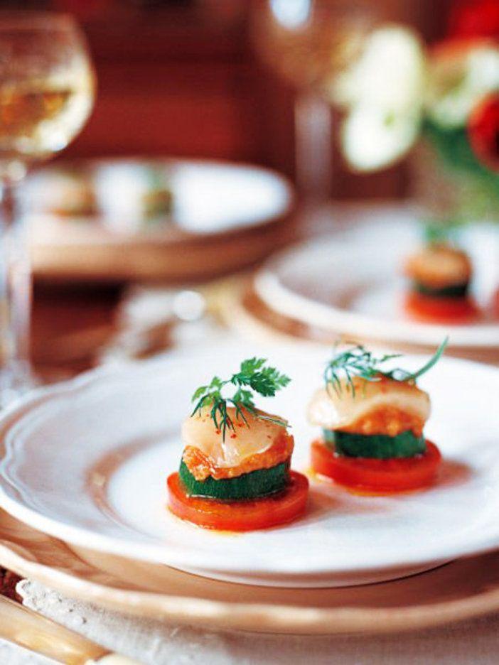 帆立、トマトプロヴァンサル、ズッキーニ、トマトを重ねた冷たい前菜|『ELLE gourmet(エル・グルメ)』はおしゃれで簡単なレシピが満載!