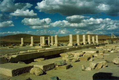Cyrus al II-lea, supranumit Cel Mare, datorita calitatilor sale In echilibrul fragil dintre mezi si persi, ce era mentinut de puternicul stat Media, in anii '50 ai secolului al VI-lea i.Chr, a fost suficienta, pentru rasturnarea raportului de forte, actiunea unui singur mare persan, Cyrus al II-lea, un exceptional general. Ostasi tot atat de eficenti…