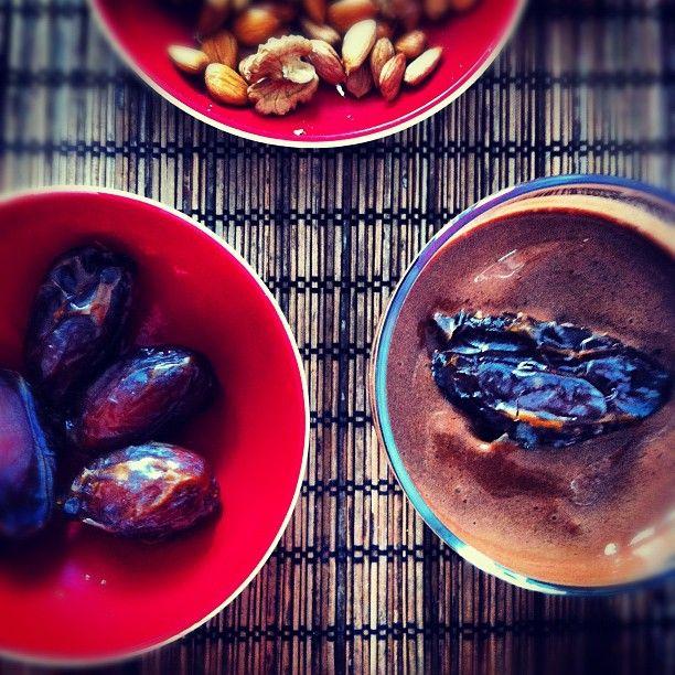 Особенно кайфово на завтрак макать сочные и сладкие израильские финики в густой и холодный шоколадно-банановый коктейль #raw #vegan #rawvegan #rawfood #veganfoodshare #rawfoodshare #whatveganseat #breakfast www.facebook.com/theveganblog