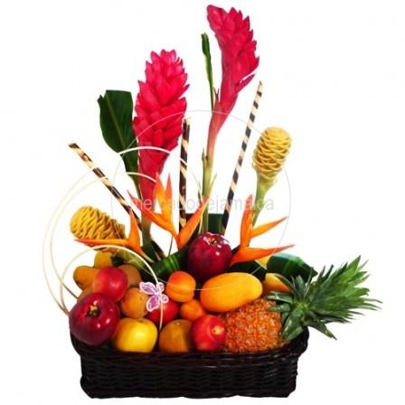 arreglo frutal en canasta con frutas