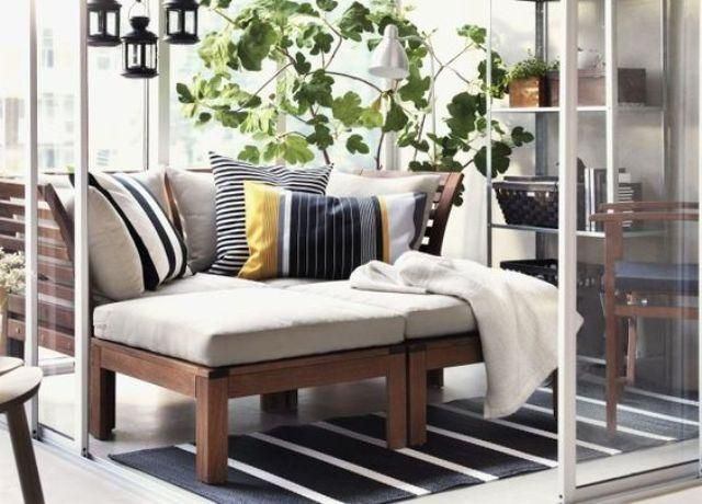 ein balkon mit gr n ein applaro sofa und laternen dar ber. Black Bedroom Furniture Sets. Home Design Ideas