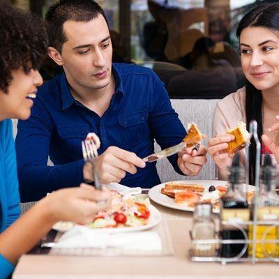 Anda masih bisa menjaga asupan makan Anda tetap sehat meskipun lunch di restoran. Simak tipsnya.  1. Tetap pilih makanan sehat yang membantu diet Anda seperti salad atau buah. Anda juga bisa mengganti nasi putih dan nasi merah.  2. Kurangi konsumsi saus karena jika berlebih akan mengagalkan diet Anda, saus biasanya banyak mengandung garam, bumbu penyedap dan pengawet  3. Batasi porsi makan Anda karena banyaknya porsi mempengaruhi asupan kalori.