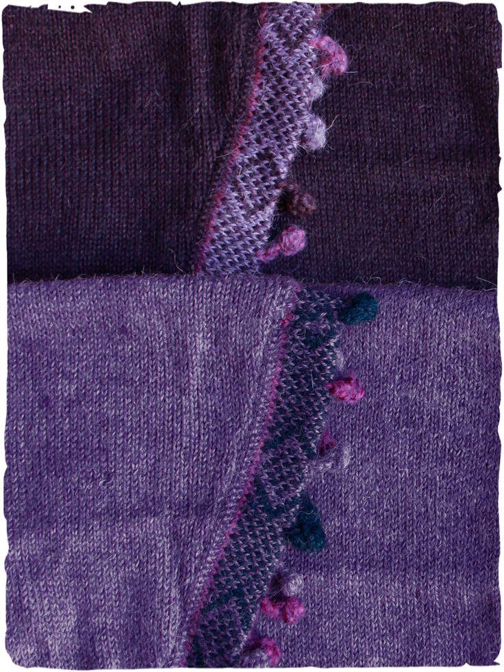 sciarpa in alpaca Keffia #sciarpatriangolare con #frange a pallina in tonalità di #colore #viola #melanzana #uva #violet #blue #blu #lamamitafashion