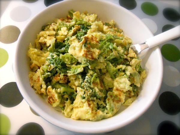 La verza con le uova l'ho preparata l''altro giorno dopo aver preparato della verza in padella e devo dire che è un ottimo secondo piatto, gustoso e leggero.