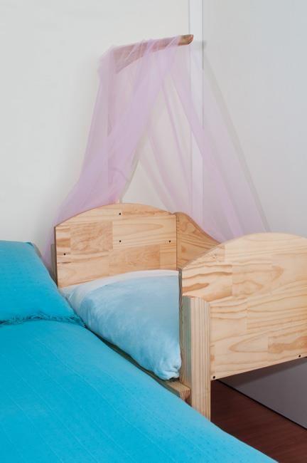 Cuna de Colecho DeAmor, modelo Recién Nacido a 1 año, medidas 60 x 90 cms. Madera ensamblaje, libre de enchapados, terciados y aglomerados, con tratamiento 100% natural y ecológico.