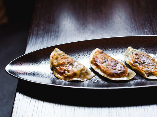 В японской кухне есть аналог привычным нам пельменям – гёдза. В отличие от обычных они не отвариваются, а обжариваются до хрустящей корочки. Чаще всего готовят их с мясом, но мы предлагаем вам вегетарианский вариант по рецепту нашего любимого суши-бара Buba by Sumosan. Внутри таких пельмешек будет китайская капуста, болгарский перец и рисовая лапша. А завершающий штрих к блюду – пряный соус гёдза. Идеально!