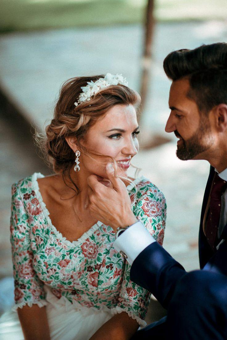 Pendientes y diademas de novias para bodas al aire libre. Una boda rústica. Fotografías de boda originales y naturales.
