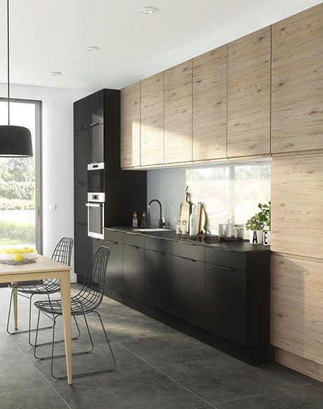 Mix and match pour la cuisine Epura. Une cuisine élégante et ultra-fonctionnelle. Le contraste entre le décor chêne et le noir mat donne du caractère à la pièce. Mixez avec un carrelage effet béton pour renforcer le style contemporain de cette cuisine