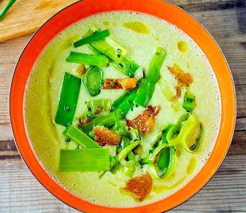 Deilig suppe med potet og purreløk. Kan også serveres med fisk, bacon eller pølser. Se Lises oppskrift på potet- og purreløkssuppe her.