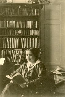 Arendt in family library reading