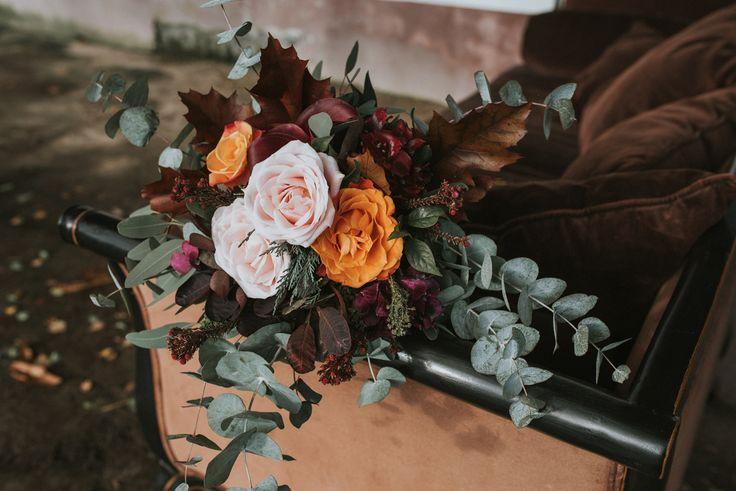 www.wildandfreephotography.pl Jesienna sesja ślubna w stajni.